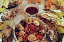 O Plateau de Fruits de Mer: ostras frescas, camarões rosa, mariscos e polvo.