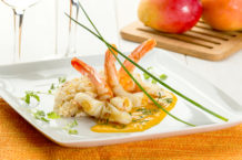 Camarão flambado no azeite com coulis de manga e coentro e arroz de coco.